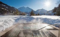 Whirlpool im Winter - Travel Charme Ifen Hotel in 6992 Hirschegg